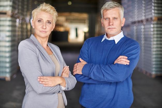 Twee mensen die in magazijn werken