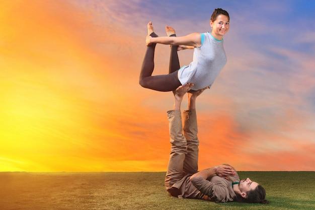 Twee mensen die yoga-oefeningen doen