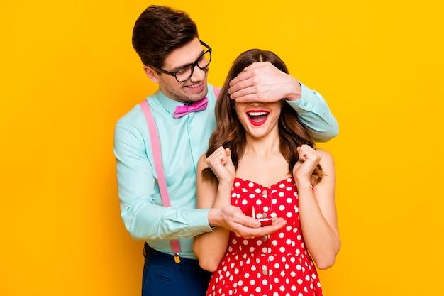 Twee mensen dolblij meisje man verberg ogen geef ring vraag met hem trouwen verloving