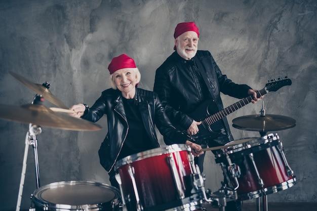 Twee mensen gepensioneerd dame man rock populaire band concert uitvoeren