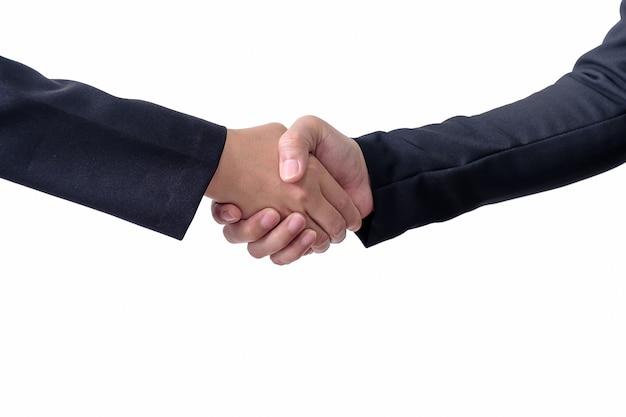 Twee mensen geven elkaar een hand