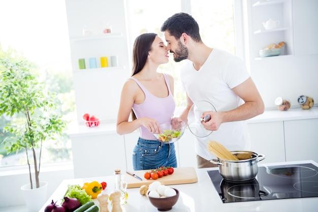 Twee mensen hartstochtelijke tedere kus romantiek binnenshuis
