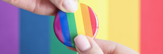 Twee mensen houden lgbt-teken tegen de achtergrond van de vlag van seksuele minderheden