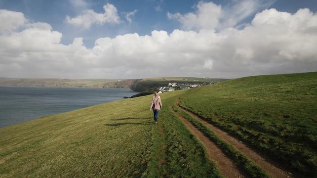 Twee mensen lopen langs een weg omgeven door prachtige natuur