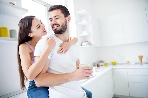 Twee mensen man vrouw knuffel omhelzing meeliften