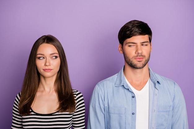 Twee mensen paar kijken wantrouwend elkaar hebben creatief lastig plan weten geheim babbelbox dragen stijlvol casual outfit geïsoleerd pastel paars kleur muur