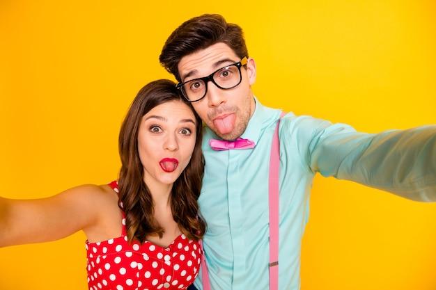 Twee mensen paar maken selfies tong uit mond steken