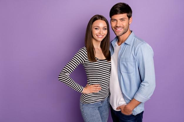 Twee mensen paar man dame permanent dicht knuffelen beste teamgenoten zelfverzekerd humeur dragen stijlvolle casual outfit geïsoleerde pastel paarse kleur muur