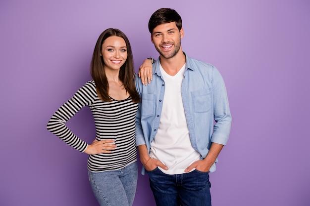 Twee mensen paar man dame staande dichtbij beste teamgenoten zelfverzekerd humeur betrouwbare werknemers dragen casual outfit geïsoleerde pastel paarse kleur muur