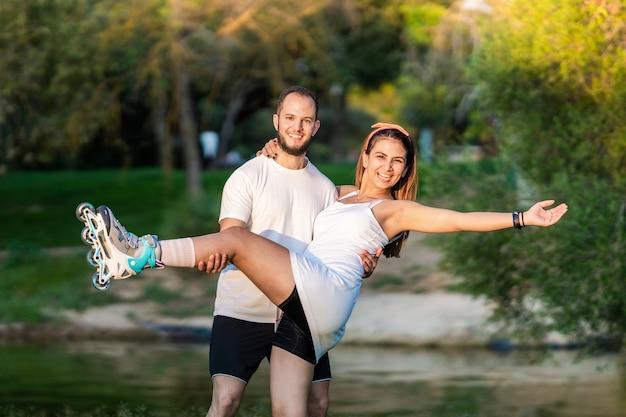 Twee mensen poseren in evenwicht met inline skates in een park