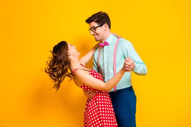 Twee mensen prom partij paar knuffelen langzaam dansen