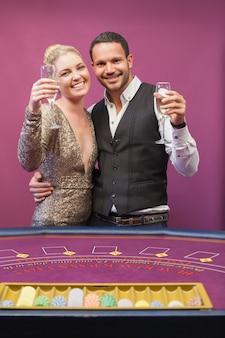 Twee mensen roosteren in een casino