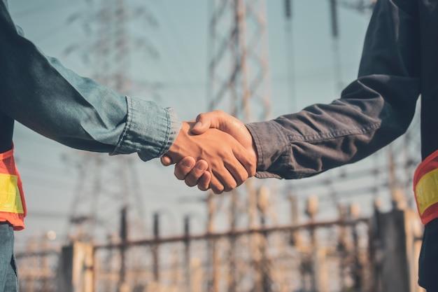 Twee mensen schud de hand teamwork partnerschap engineer supervisor voorman
