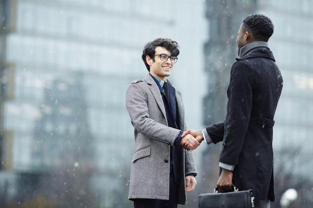 Twee mensen uit het bedrijfsleven bijeen in straat
