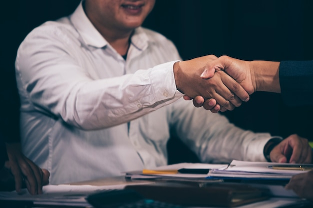 Twee mensen uit het bedrijfsleven houden handen aan samenwerking tussen bedrijven.