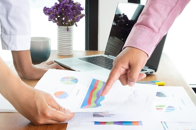 Twee mensen uit het bedrijfsleven werken op kantoor en hebben een beslissing genomen over het verkoopstatistiekenstatistieken Premium Foto