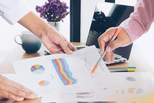 Twee mensen uit het bedrijfsleven werken op kantoor en hebben een beslissing genomen over het verkoopstatistiekenstatistieken