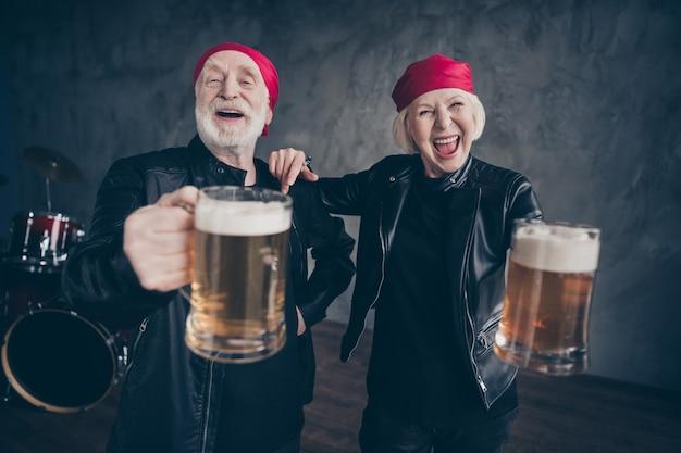 Twee mensen vrienden gepensioneerde dame man rockgroep houd bierglas vast