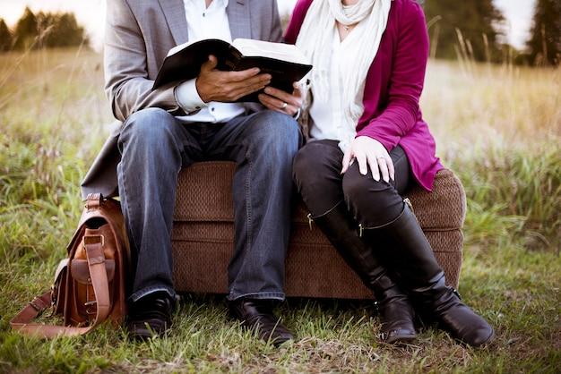Twee mensen zitten naast elkaar