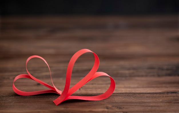 Twee met de hand gemaakt rood hart op bruine houten achtergrond