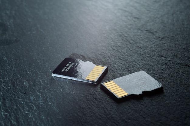 Twee micro-sd-kaarten liggen, met gouden contacten aan de bovenkant. detailopname.