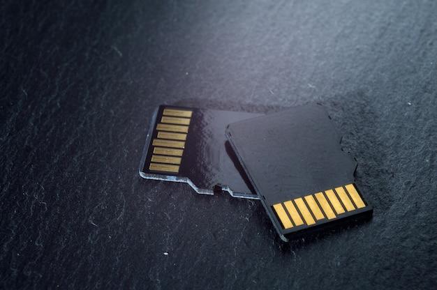 Twee micro-sd-kaarten liggen op elkaar, met gouden contacten aan de bovenkant. detailopname.