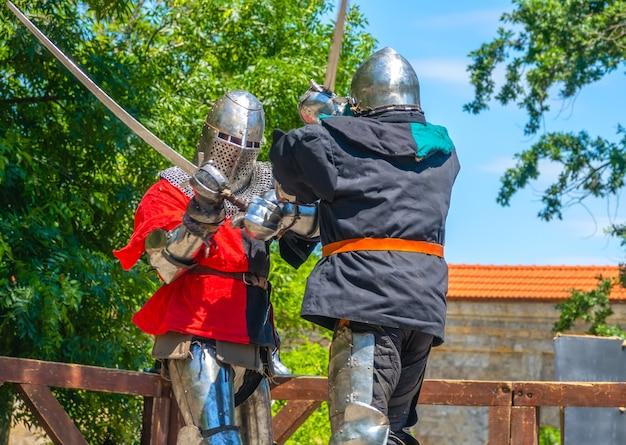 Twee middeleeuwse soldaten vechten met zwaarden