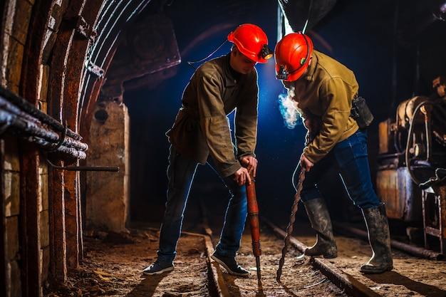 Twee mijnwerkers in de mijn