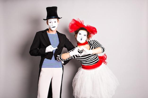 Twee mime pantomime hart valentijn dag concept april dwazen dag concept