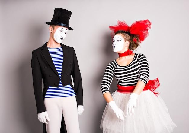 Twee mimespelers man en vrouw in april dwazen dag