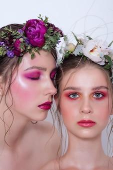 Twee mode schoonheidsmodellen met professionele lichte make-up