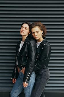 Twee modellen in leren jassen