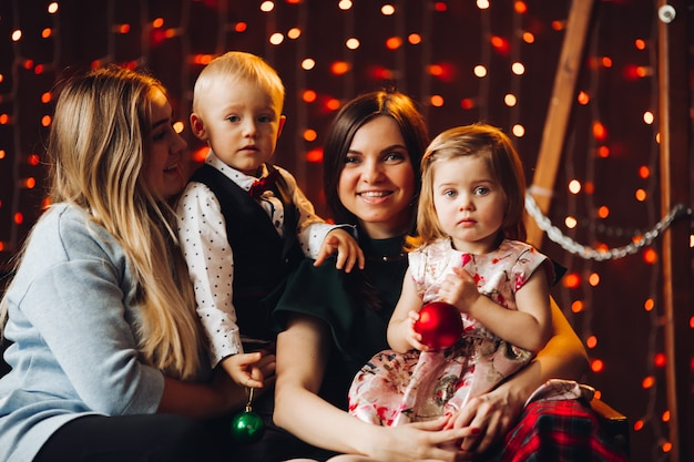 Twee moeders zitten met schattige kinderen