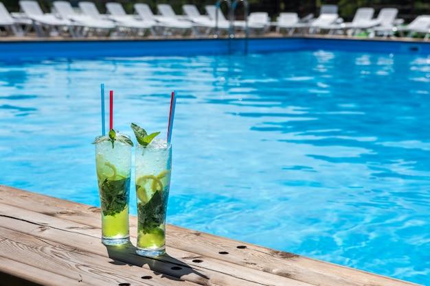 Twee mojito-cocktail met limoen en munt in longdrinkglas