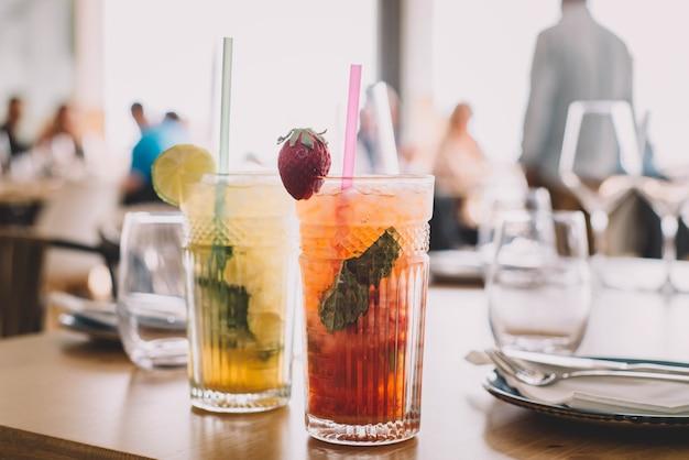 Twee mojito-cocktails gemaakt met oude rummunt en verschillende soorten fruit
