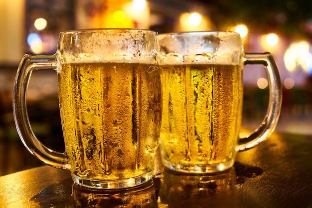 Twee mokken bier