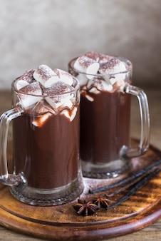 Twee mokken warme chocolademelk met marshmallows