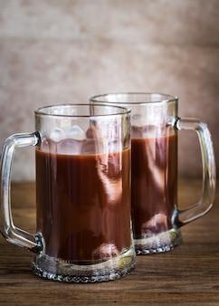 Twee mokken warme chocolademelk op de houten tafel