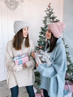 Twee mooi meisje truien en hoeden dragen