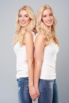Twee mooie blonde zussen