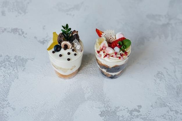 Twee mooie en heerlijke trifle cakes close-up op een lichte ondergrond. dessert, gezond eten.