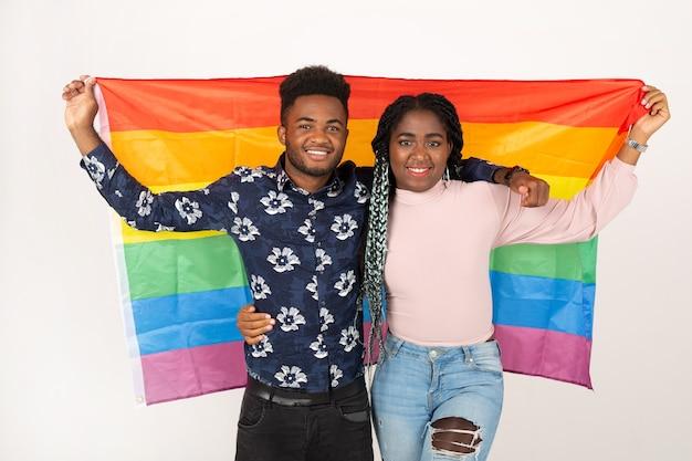 Twee mooie jonge afrikaanse mensen met lgbt-vlag op witte achtergrond