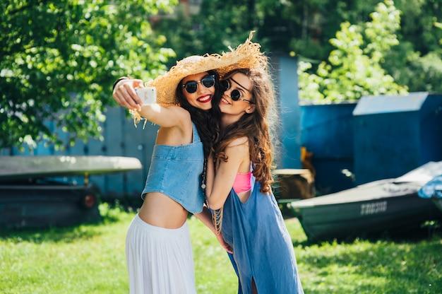 Twee mooie jonge vrouwen die selfie maken