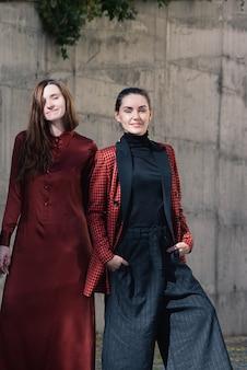 Twee mooie jonge vrouwen fashion street style