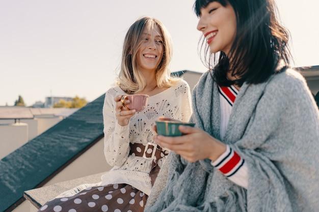 Twee mooie meisjes genieten van een theekransje