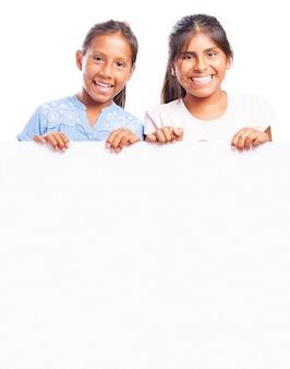 Twee mooie meisjes glimlachen