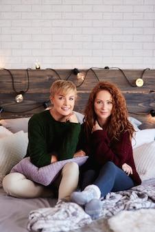 Twee mooie meisjes in de slaapkamer