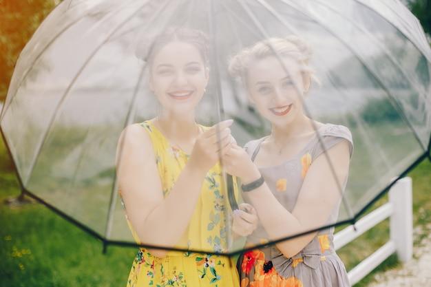 Twee mooie meisjes in een de zomerpark