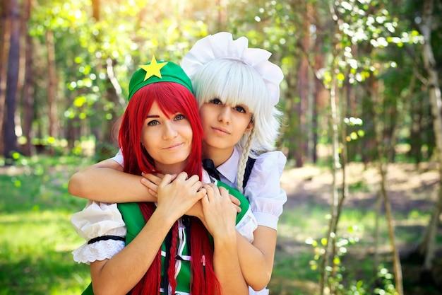 Twee mooie meisjes in het park. cosplay-personages