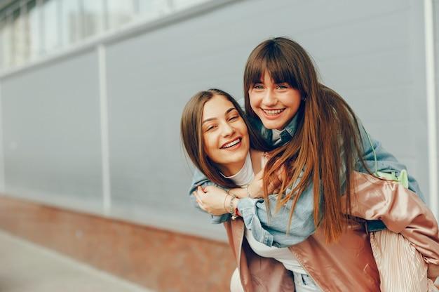 Twee mooie meisjes lopen rond de stad